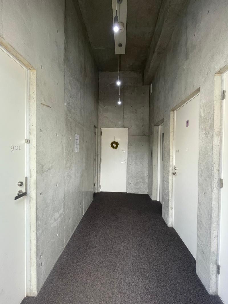 暗めの共用部。部屋の明るさとのギャップがあります。