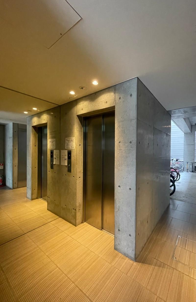 鏡でエレベーターが2台あるみたい