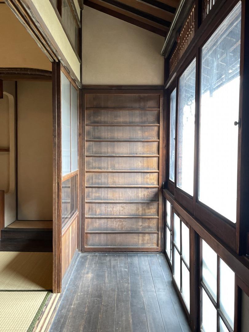 味のある2階の広縁、扉