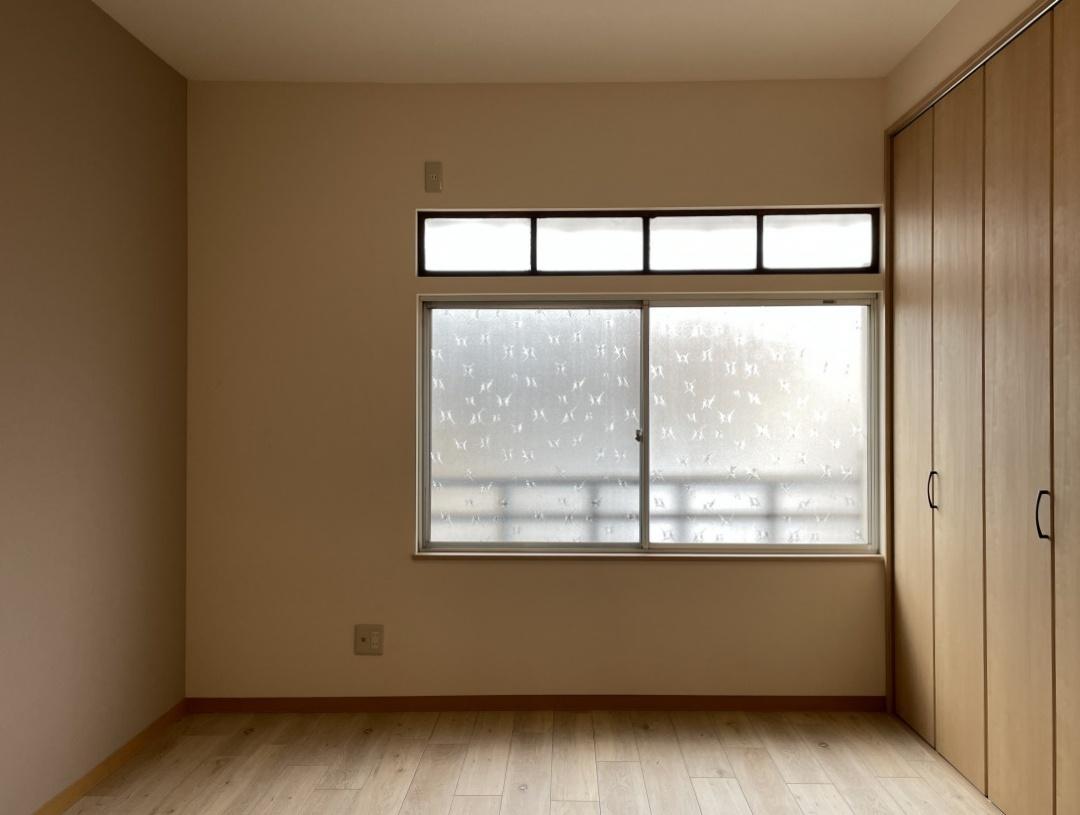 2階の洋室、窓は大きく明るいです