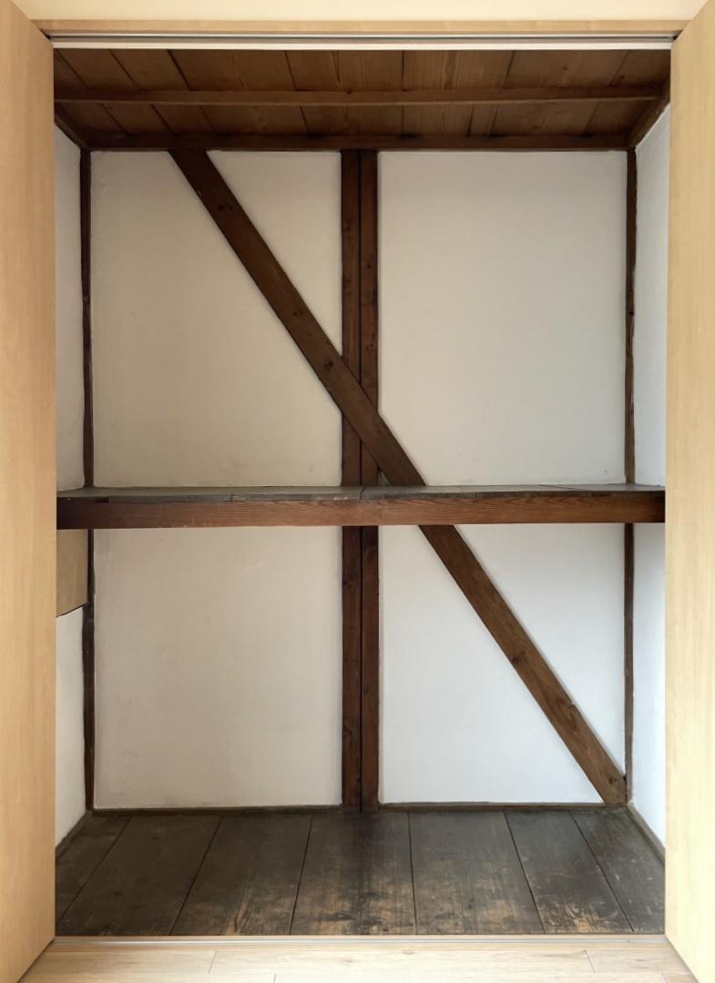 クローゼットを開けると古民家の木材がチラリ