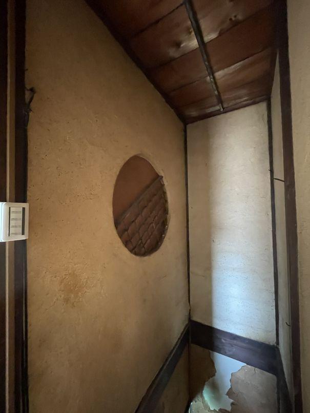 階段に昭和レトロな室内窓を発見。部屋からは隠れてしまっているのが残念