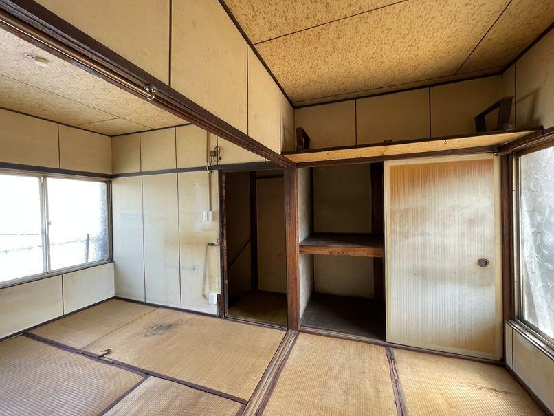 2階の和室。こじんまりしているので少人数の作業スペースとして使ってみては?