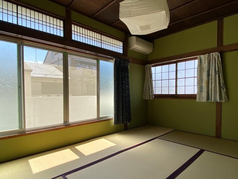 202号室:畳グリーンに統一された8帖の和室。