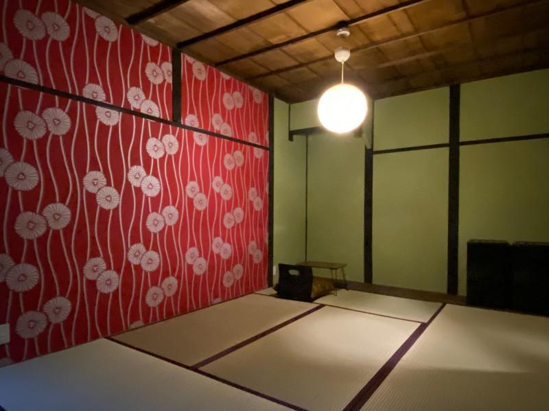 103号室:着物のような壁紙が特徴の9.3帖の和室。