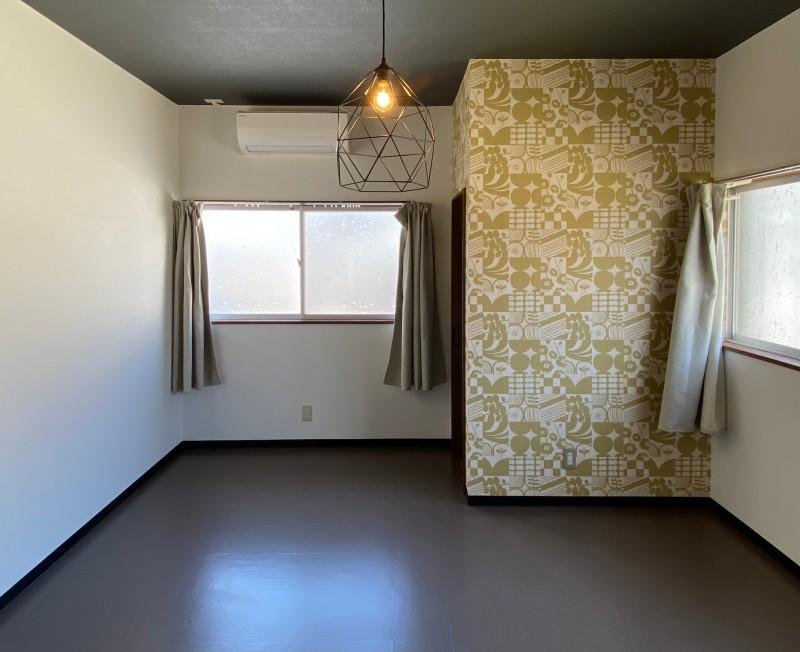 203号室:9.6帖のシンプルな洋室。部屋の面積に負けない二面開口。