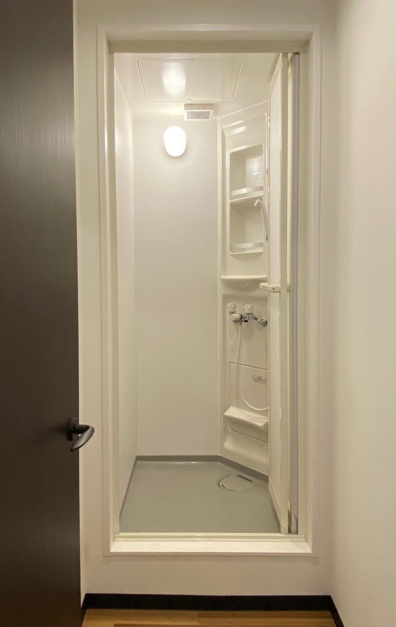 男女共用シャワー室。サッと身体を流せます。