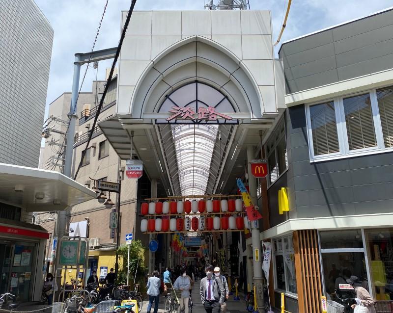 淡路本町商店街。混沌とした大阪の賑わいを感じます。