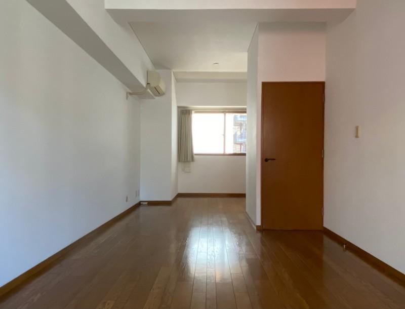 二面採光が特徴な約16.1帖の洋室。家具の配置は少し悩みそう。