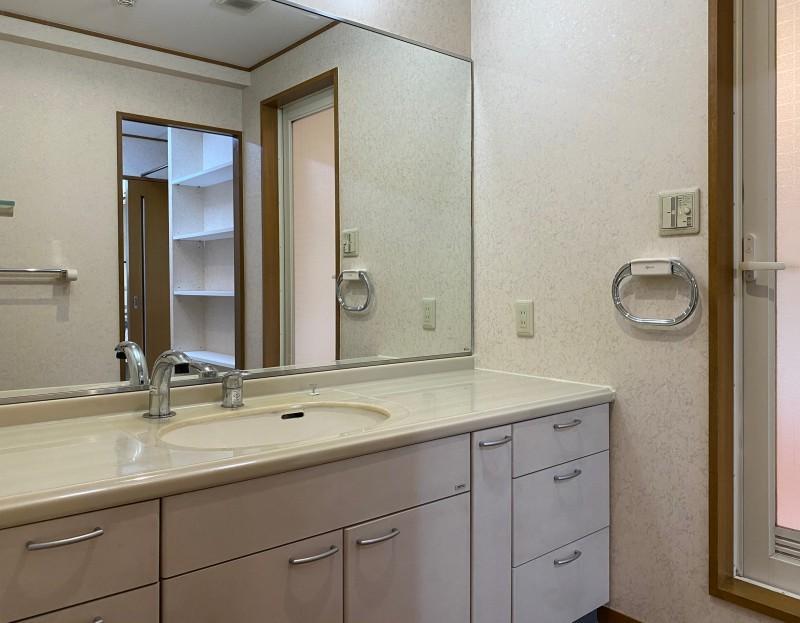 大きな鏡と収納が特徴の洗面台。