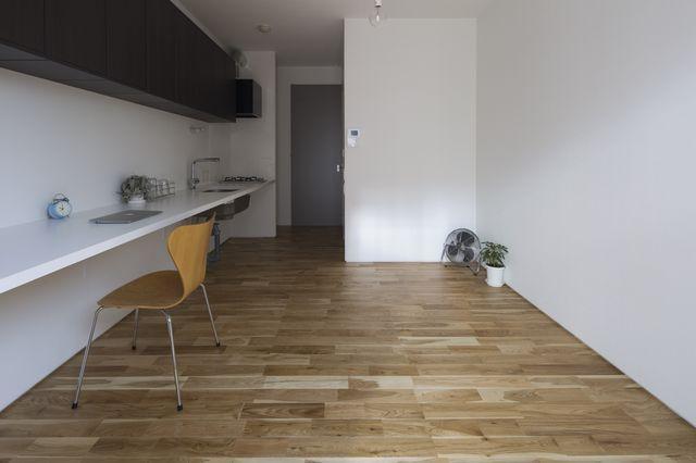 ピシっと真一文字に伸びる4メートル超のカウンターは調理、食事、家事、書き物を兼ねられる設計のニクいヤツ