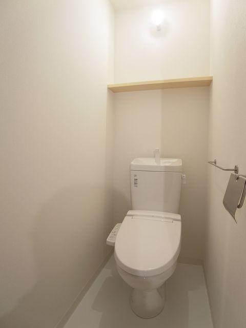 トイレも白が基調で清潔感があります