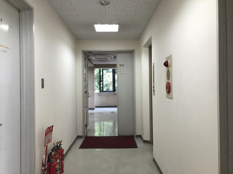 シェアオフィスはビルの3階。エントランスも改装予定
