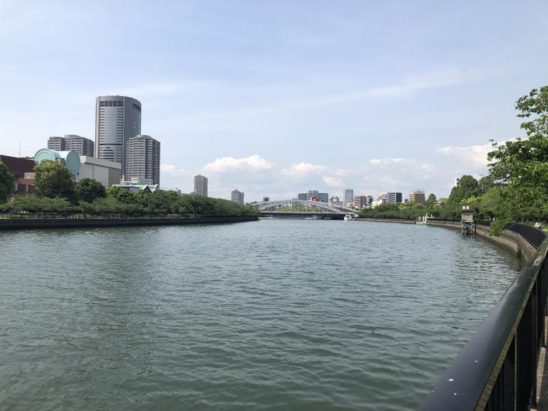 徒歩1分もかからずに大川に。