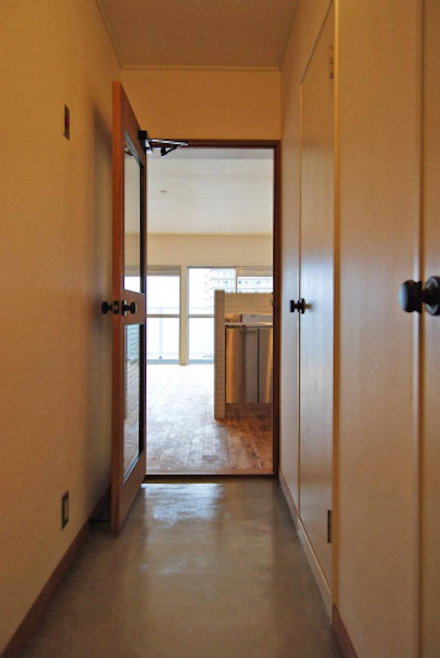 玄関から廊下はモルタル仕上げ(リノベーション竣工時写真)