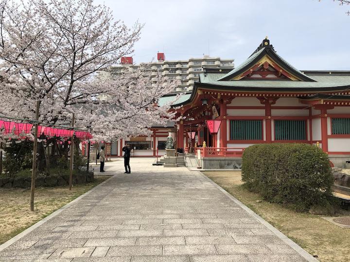 春には桜が満開になる土佐稲荷神社