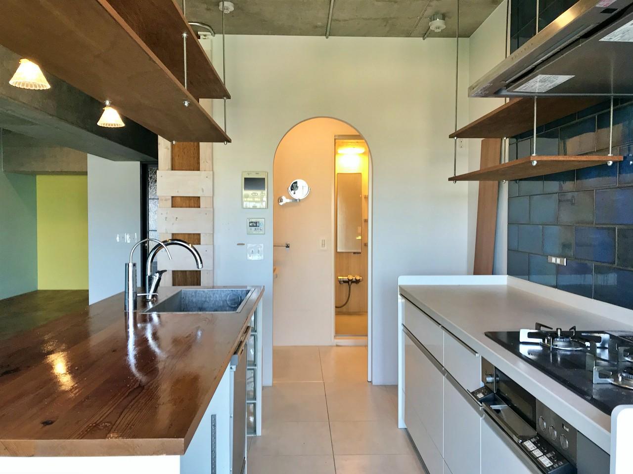 アーチ型の開口の先が洗面室と浴室