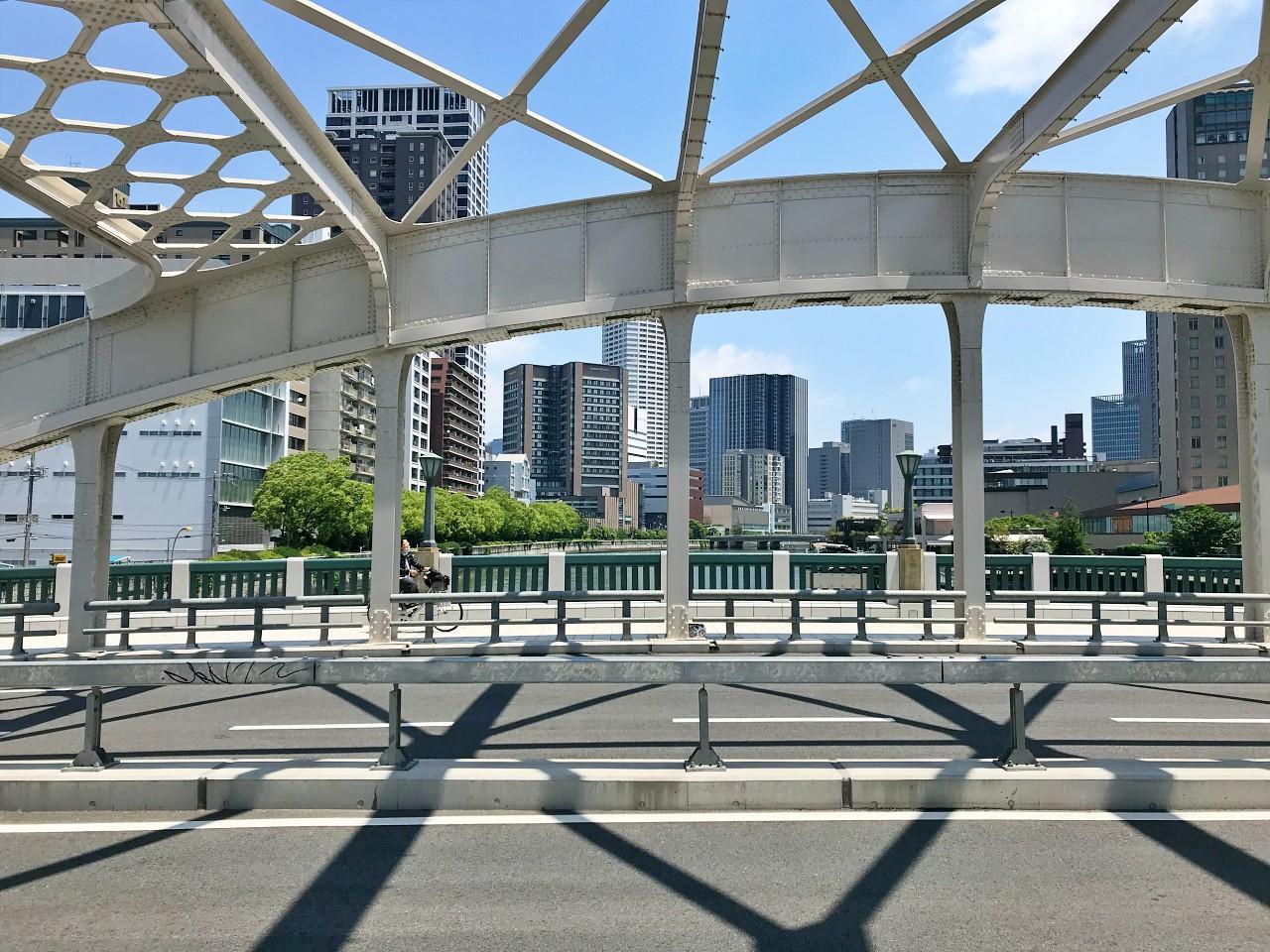最寄り駅には橋を渡って