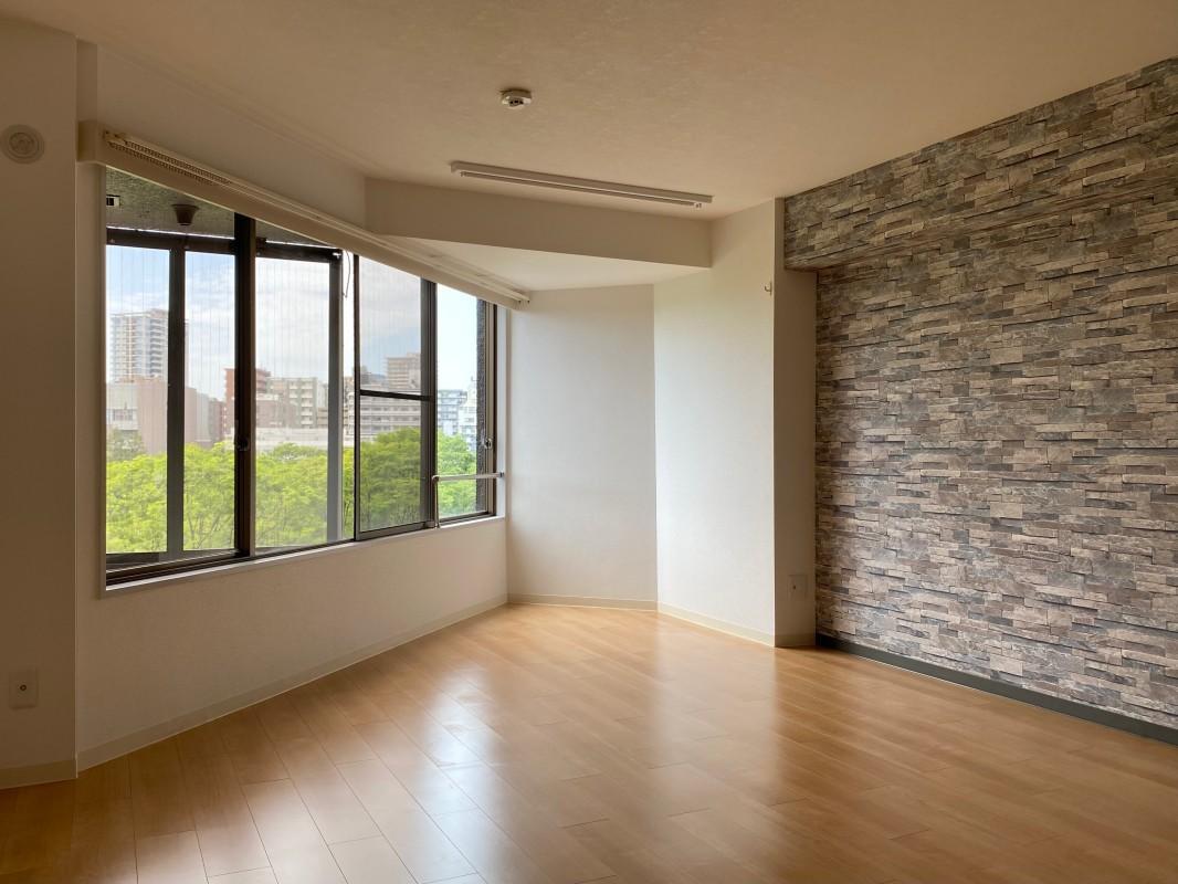 尖った形が特徴の8帖の洋室。家具の配置は工夫次第。