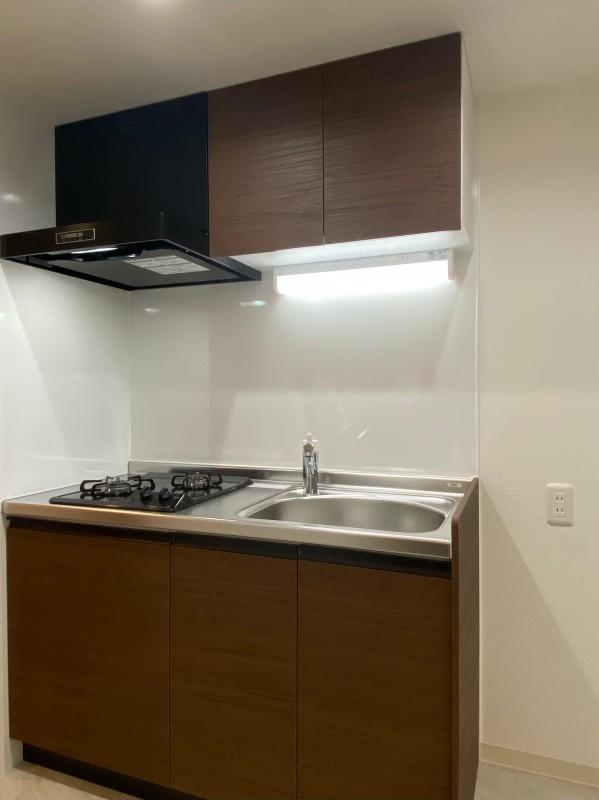 コンパクトなキッチン。料理をする方は隣に調理台が必要です。