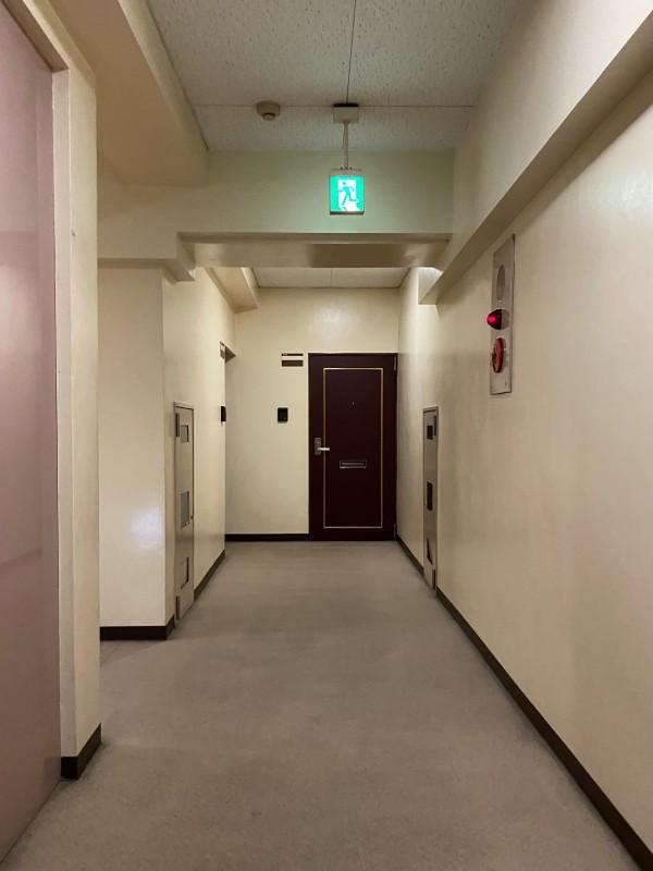 年季の感じる共用廊下