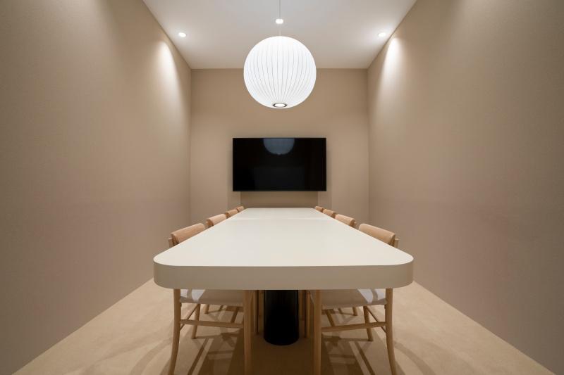 ディスプレイ完備、8人用のミーティングスペース。