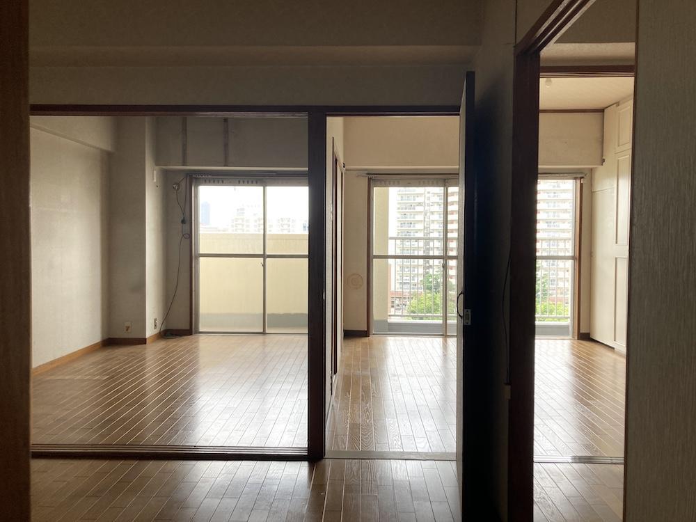 玄関から入った室内。間仕切りをなくして、もう少し緑の映える空間にしたい!