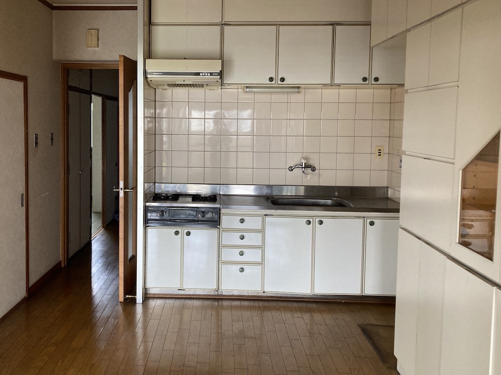 既存のキッチン。設備は一新しましょう!