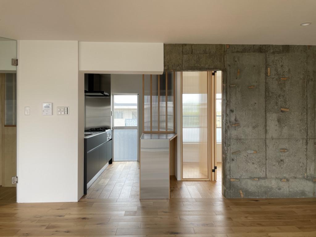 左側がキッチン、右にはワークスペースに最適な個室