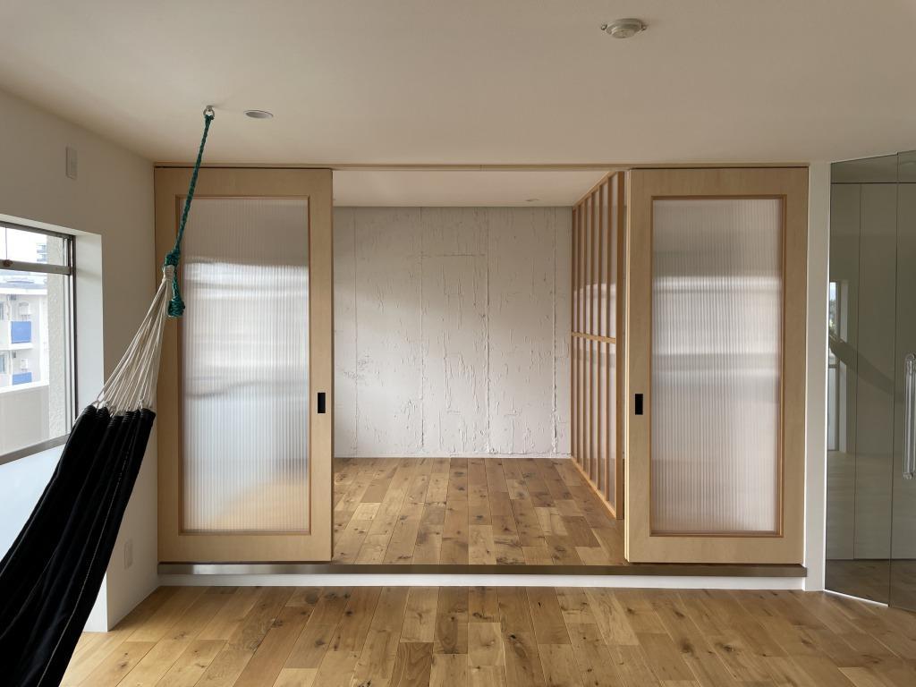 ベッドルームの扉はポリカーボネート製