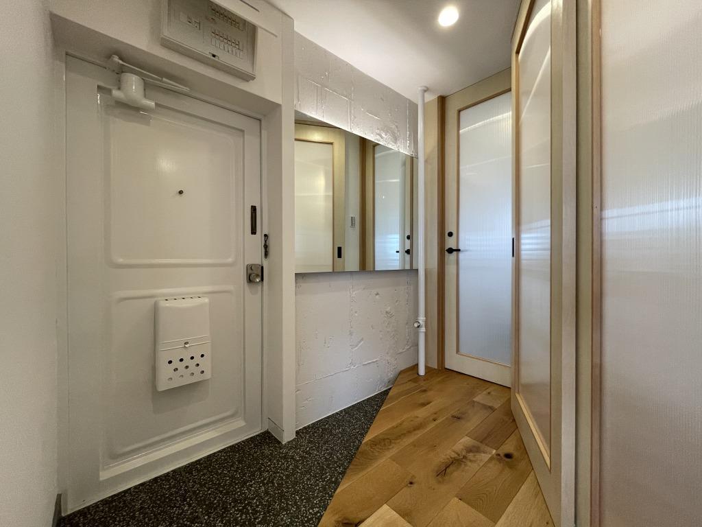 玄関、入って左手にトイレ、正面に洗面室