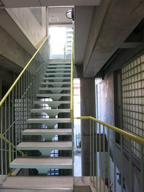 ニョキっと伸びて部屋同士を繋ぐ階段がかっこいい