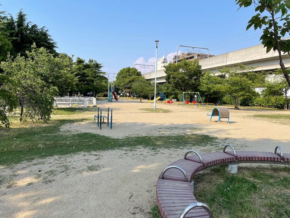 すぐ近くには長池公園がある