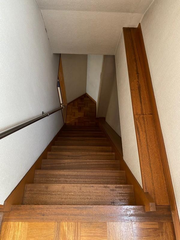 少し急な階段。気を緩めずに降りてください。