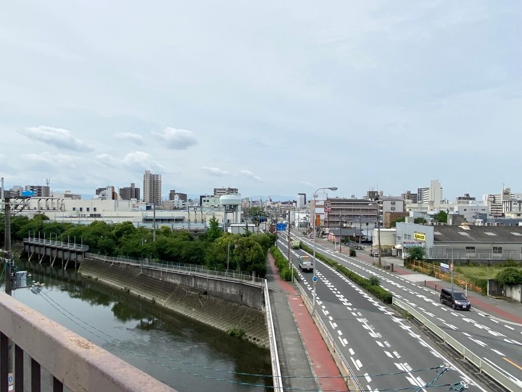 屋上からの景色。川と道路のおかげで抜け感が一層高まります。