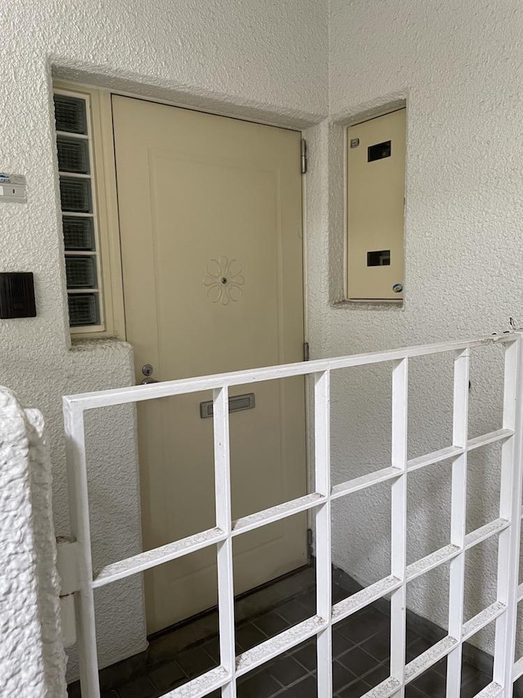 玄関ポーチがあります。 ドアの横にはポイントになるガラスブロックが