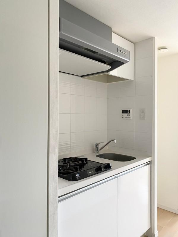2口ガスコンロ。調理台と洗い場は少し狭め。