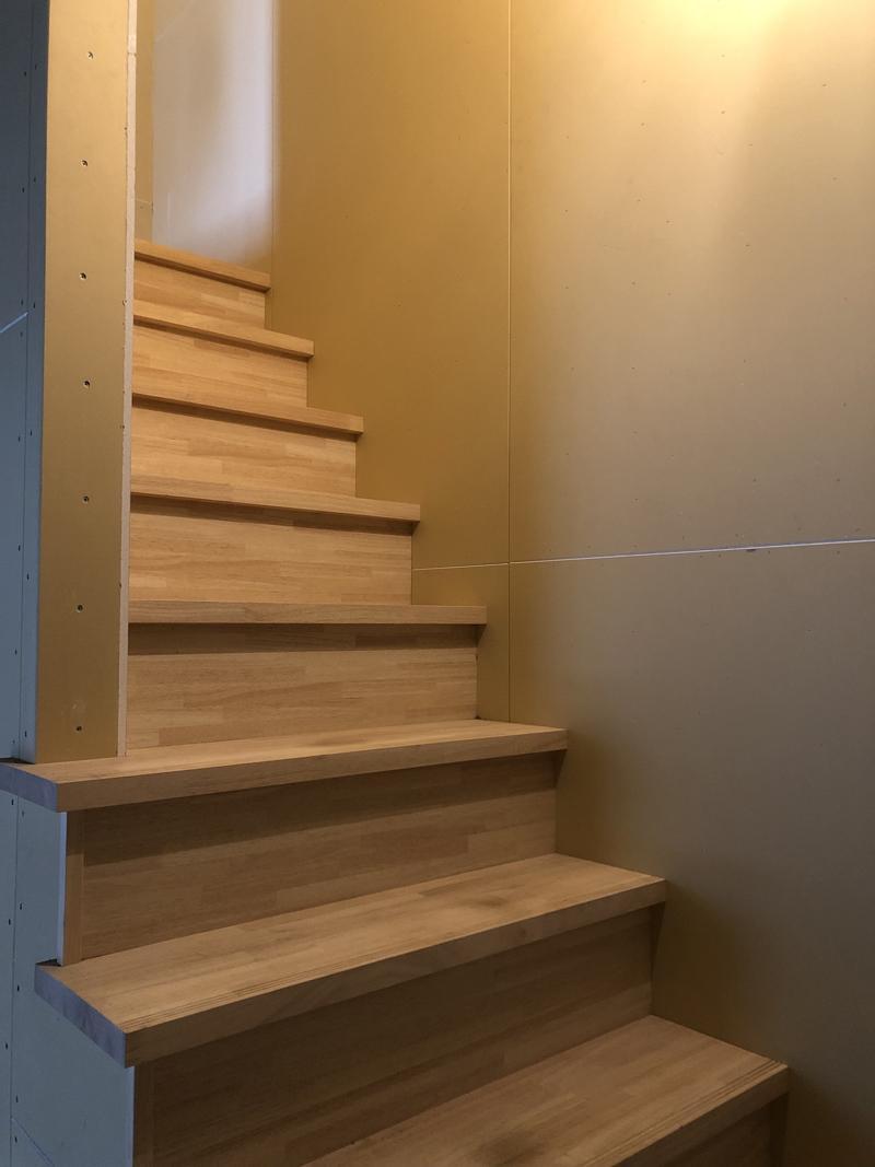 区画奥に見える階段