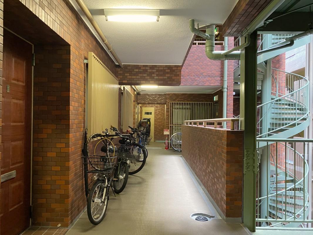 自転車は部屋の前に置くスタイル。