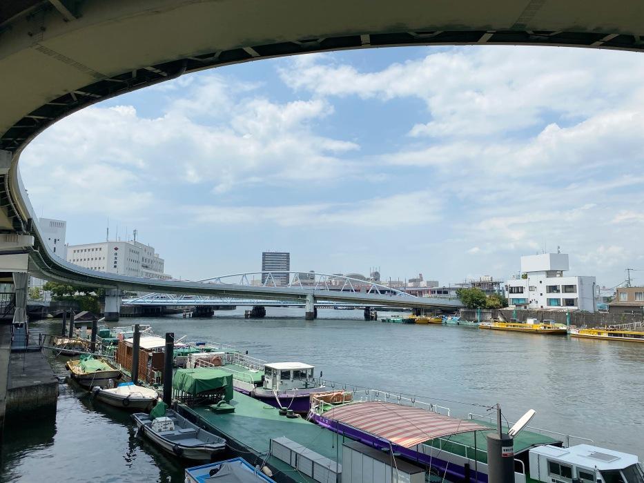 高速道路と河川が格好良く交わっています。