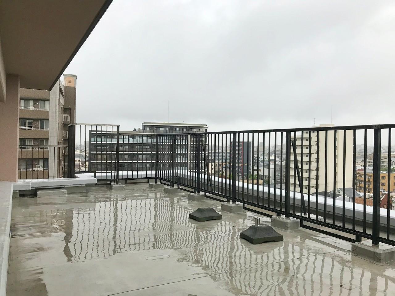 大雨で濡れてますが、抜けたルーフテラス