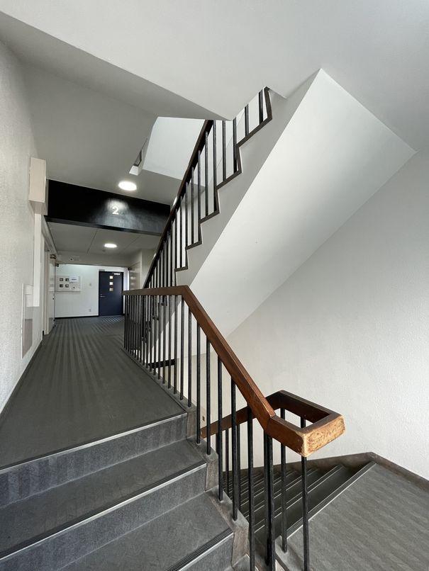 共用階段。木製の手すりが愛おしいポイント