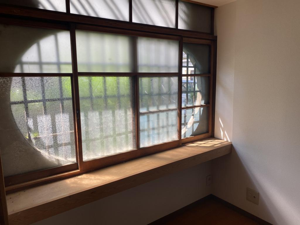 楕円形と格子が特徴的な窓