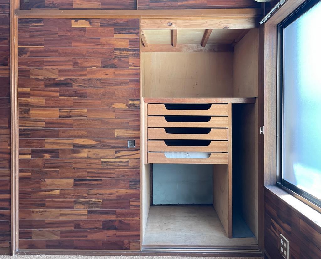 押入の中には木製の引き出しがあります