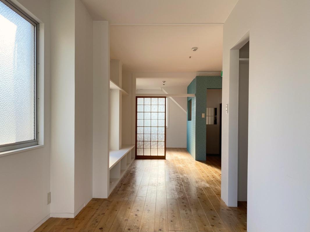 長細い形の部屋なので家具の配置には少し悩みます。