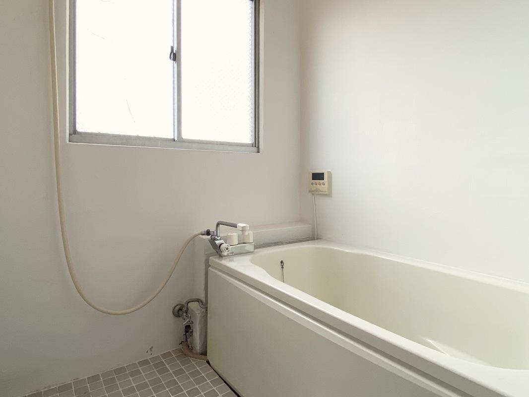 広々とした浴室、のんびりと浸かれます。
