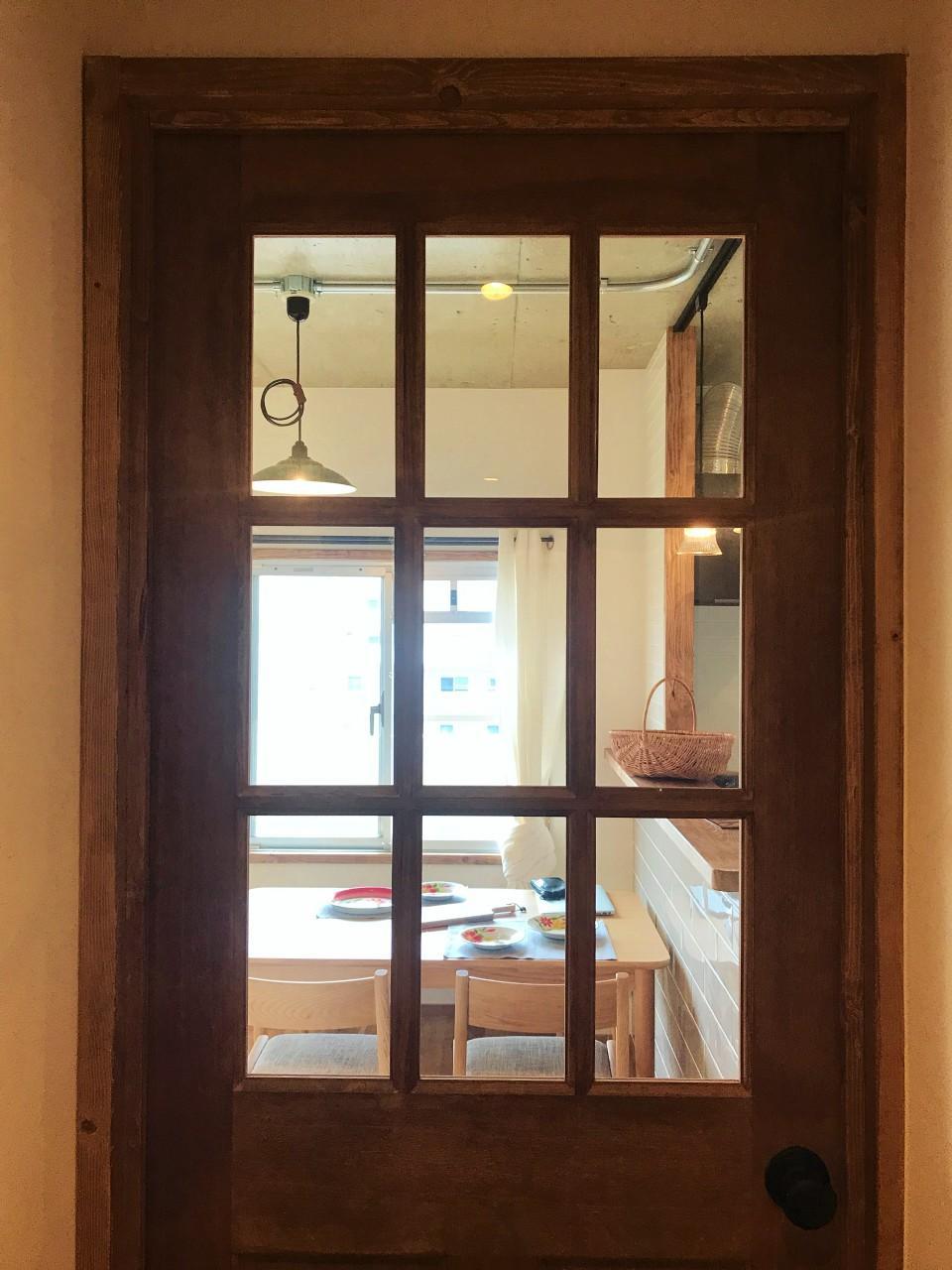 木製ドアのヴィンテージ感が素敵です