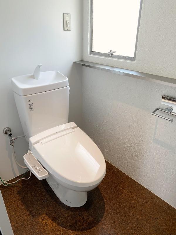 浴室、洗面と違って少しゆとりのあるトイレ