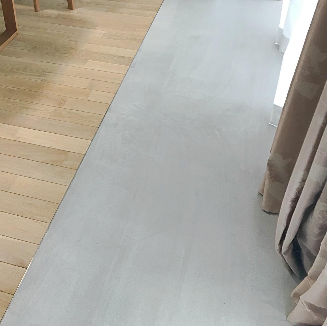 バルコニー前の床はモルタル仕上げ。インナーバルコニーとしての意味合いも