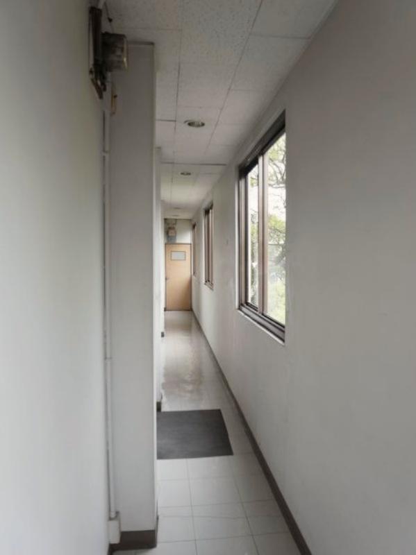 廊下は狭いです。